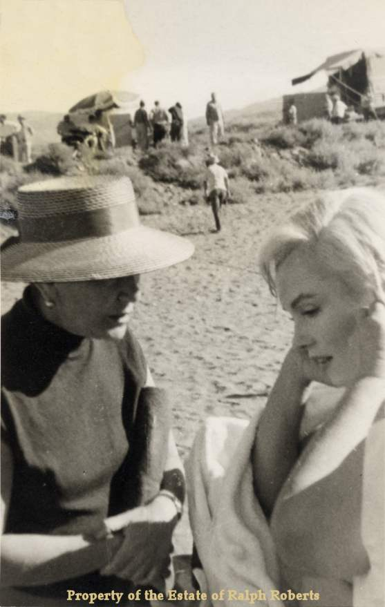 Marilyn and Unknown on set of The Misfits